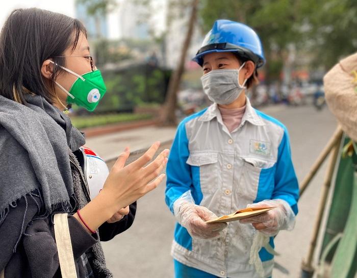 Giới trẻ có thể đóng vai trò lớn trong những hoạt động bảo vệ môi trường   Trong ảnh: Một bạn trẻ tặng khẩu trang kháng khuẩn cho nhân viên vệ sinh môi trường và chia sẻ thông tin về ô nhiễm không khí trong thời kì COVID-19   Nguồn: Live & Learn