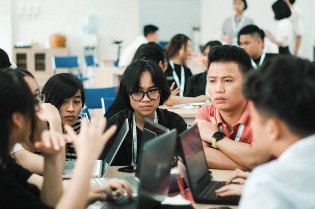 Các bạn trẻ Việt Nam tham gia hội nghị giả lập MOCK COP 26 để bàn về các thỏa thuận quốc gia cắt giảm khí nhà kính để để giữ nhiệt độ trái đất không tăng quá 2 độ C   Ảnh: YNET, 2021
