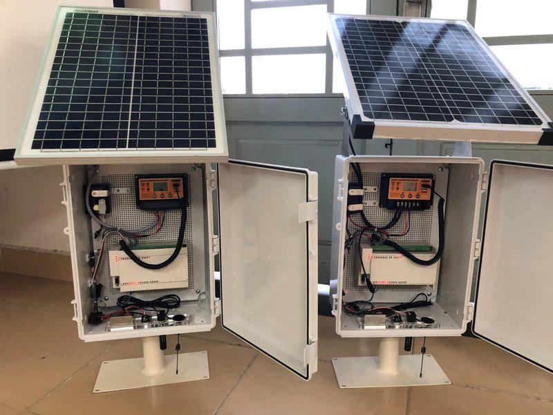 cảm biến được thiết dạng tủ kín, sử dụng pin năng lượng mặt trời để đảm bảo việc triển khai ở những khu vực hẻo lánh, khó cung cấp nguồn điện lưới.