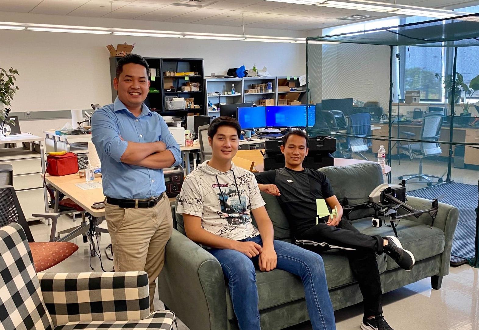 TS. Nguyễn Văn Phúc (trái) và 2 bạn trẻ người Việt là nghiên cứu sinh tại phòng thí nghiệm WSSLAB  của Đại học Texas ở Arlington. Họ đang cùng nghiên cứu về thiết bị đeo tai theo dõi bệnh nhân động kinh   Ảnh: NVCC