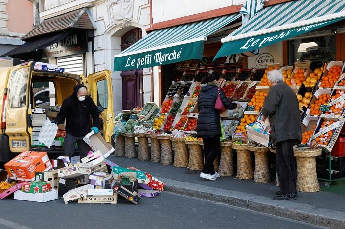 Người dân địa phương mua sắm trái cây và rau quả tại một chợ nhỏ trong thời gian dịch bệnh Covid-19 bùng phát ở Fontenay-sous-Bois, Pháp   Ảnh: REUTERS