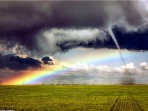 Cảnh tượng cầu vồng và lốc xoáy cùng xuất hiện ở Mỹ