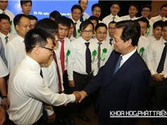 Thủ tướng Nguyễn Tấn Dũng bắt tay và chụp ảnh lưu niệm cùng các nhà khoa học trẻ