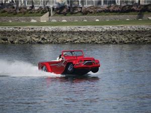 Clip: Ngạc nhiên với màn bơi lội của xe hơi