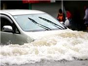"""Hà Nội ngập mênh mông: """"Công nghệ"""" cứu ô tô, xe máy khi sa vào vùng ngập nước"""