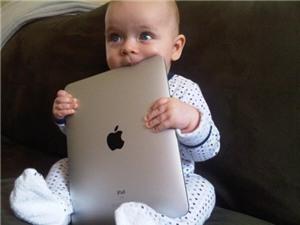Cho trẻ dưới 2 tuổi dùng máy tính bảng là hành vi lạm dụng trẻ
