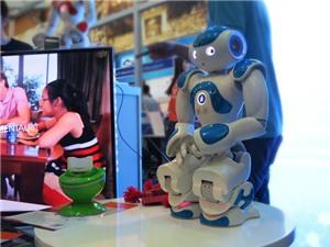 """Robot """"trợ lý gia đình"""" Rogo xuất hiện tại Techmart 2015"""