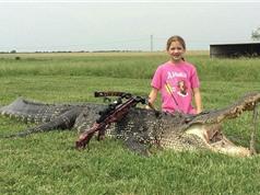 """Bé gái 10 tuổi bắn chết cá sấu """"khủng"""" nặng 362kg"""