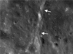 Trái đất đang làm Mặt trăng biến dạng