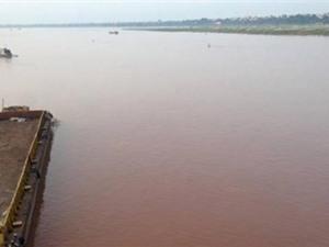Nước sông Hồng bỗng chuyển màu đỏ đậm