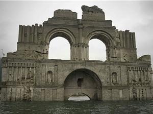 Nhà thờ cổ nổi lên từ dưới hồ nước ở Mexico