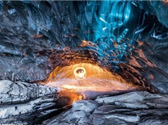 Đẹp kỳ ảo băng lửa ở hang băng lớn nhất châu Âu