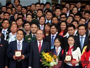 Chủ tịch Quốc hội Nguyễn Sinh Hùng gặp gỡ các tài năng trẻ VN