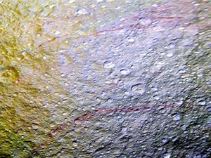 Vệt màu đỏ máu bí ẩn trên mặt trăng sao Thổ