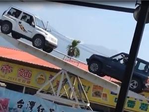 """""""Thót tim"""" với màn bập bênh giữa 2 chiếc xe hơi"""