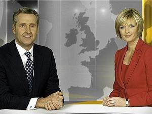 Tại sao MC nữ luôn ngồi bên trái MC nam trên truyền hình?