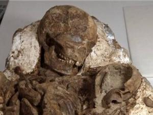 """Phát hiện bộ xương hóa thạch """"mẹ ôm con"""" gần 5.000 tuổi"""