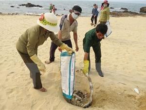 """Khảo sát vùng biển nghi có cá chết """"xếp thành lớp"""" ở Quảng Bình"""