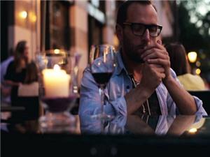 Đàn ông hút thuốc hấp dẫn phụ nữ thích tình một đêm