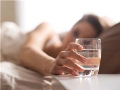 Có nên uống nước trước khi đi ngủ?