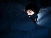 Vì sao dùng smartphone sai cách có thể gây mù tạm thời?