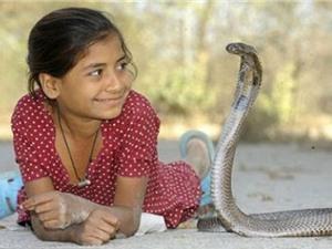 """Rợn người những """"dị nhân"""" có sở thích sống chung với rắn"""