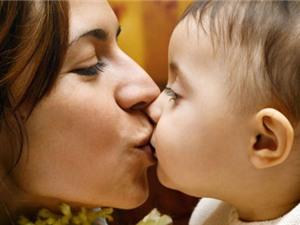 Hôn môi trẻ dễ khiến bé nhiễm bệnh chết người