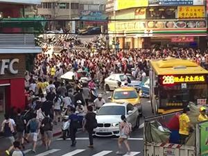 Clip: Hàng ngàn người đổ ra đường bắt Pokemon Go cực hiếm
