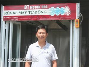 Nhà sáng chế đứng đường mời rửa xe miễn phí