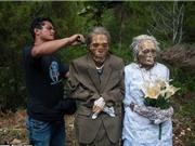 """Rùng mình với nghi lễ """"thay áo mới cho người chết"""" ở Indonesia"""