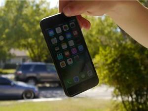 Clip: Màn hình iPhone 7 và iPhone 7 Plus vỡ nát sau màn thả rơi