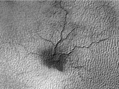 """""""Con nhện"""" rộng hàng trăm mét trên bề mặt sao Hỏa"""