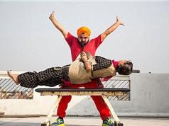 """""""Dị nhân"""" Ấn Độ dùng râu để nâng người nặng 54,4kg"""