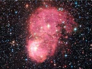 Tinh vân hồng kỳ dị xuất hiện trong Đám mây Magellanic nhỏ