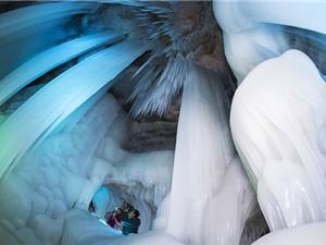 """""""Chiêm ngưỡng"""" hang băng không bao giờ tan ở Trung Quốc"""