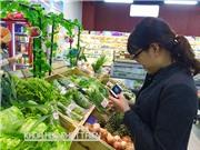 Dùng smartphone mua thực phẩm an toàn