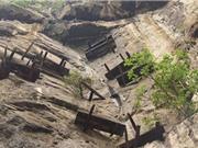 Rợn người trước cảnh những cỗ quan tài trên vách đá cheo leo