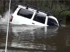 Clip: Toyota Land Cruiser bơi qua sông ngoạn mục