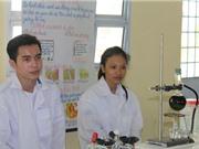 Nhóm học sinh Sóc Trăng chế tạo thành công thuốc trừ sâu từ… cây dại