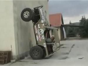 Clip: Xe Jeep bốc đầu... 90 độ và cái kết bất ngờ