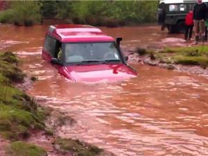 Clip: Land Rover trình diễn khả năng bơi qua hố nước sâu