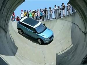 """Clip: """"Thót tim"""" với màn lái xe Range Rover Evoque qua máng trượt"""