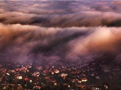 """""""Paris Đông Âu"""" đẹp tựa tiên cảnh khi bị sương phủ"""
