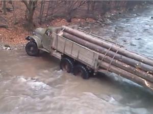 Clip: Lái xe tải chở gỗ vượt sông và cái kết khó tin