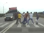 Clip: Xe tải mất lái, tông 6 người đi bộ