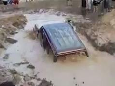Clip: Chiếc Mitsubishi Pajero trổ tài bơi lội ở độ sâu 1m