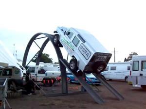 """Clip: """"Thót tim"""" với pha lái xe Land Rover Defender leo dốc đứng"""