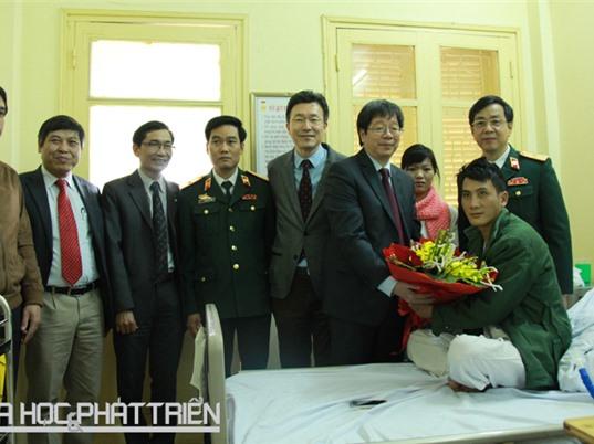 Thứ trưởng Bộ KH&CN thăm bệnh nhân ca ghép phổi từ người sống đầu tiên ở Việt Nam