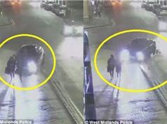 Clip: Xe BMW 5 Series mất lái, tông người đi bộ trên vỉa hè