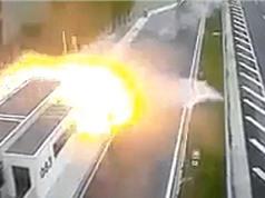 Clip: Xe Porsche đâm Honda Civic, 4 người tử vong tại chỗ